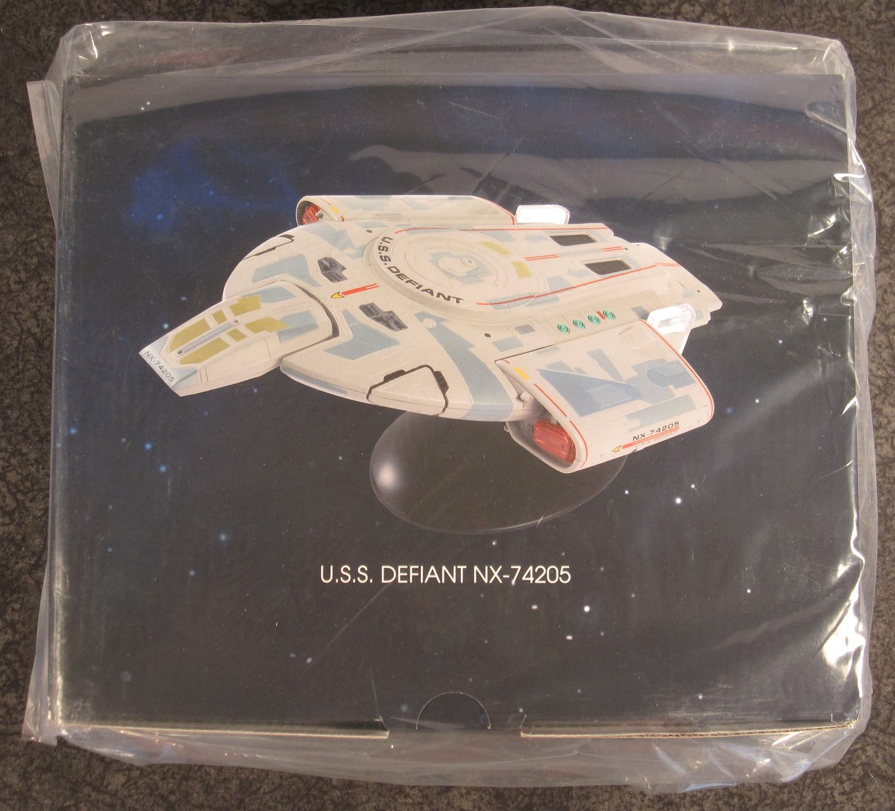 Defiant NX-74205 with Collector Magazine #23 Star Trek Starships Special U.S.S